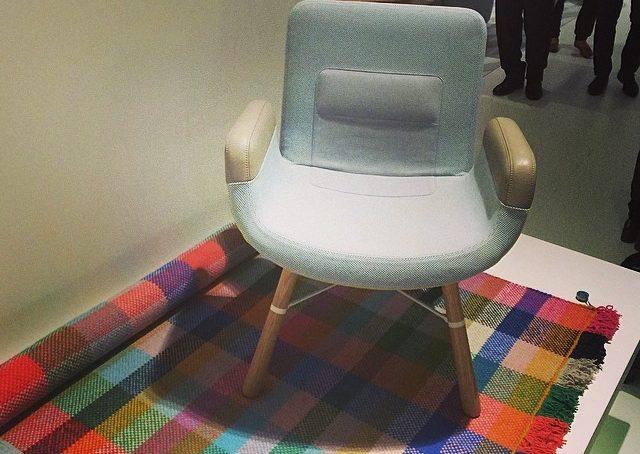 East River Chair la nuova poltroncina di @Vitra disegnata da Hella Jongerius. E sul retro ha una maniglia per spostarla #fuorisalonecf #casafacile