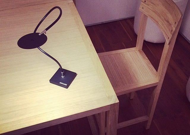 Catellani inventa la lampada senza fili: si accende per induzione… E il tavolino di Plinio il Giovane è predisposto con fili segreti… @catellanismith @plinioilgiovane #fuorisalonecf #venturalambrate