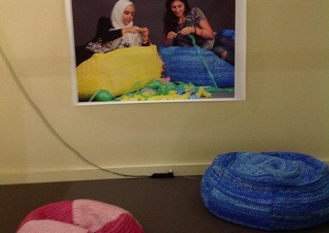 Al padiglione satellite ragazze arabe sperimentano design-crochet #fuorisalonecf #instadesign