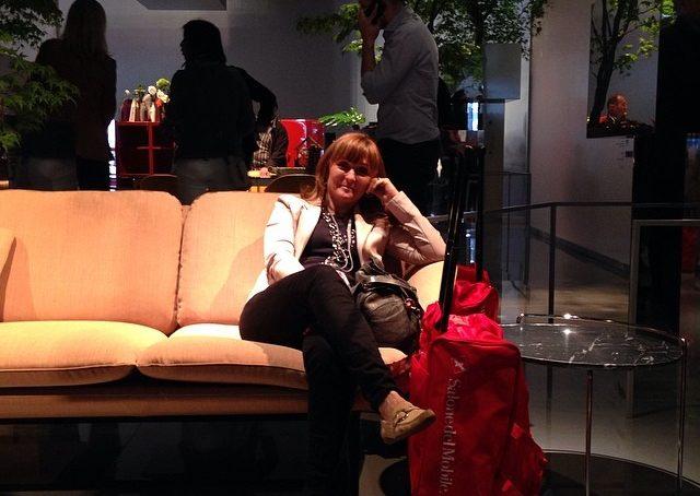 Mini pausa nel magnifico stand, con alberi sospesi, di Cassina in attesa di Vanessa Pisk. #salone2014 #fuorisalonecf