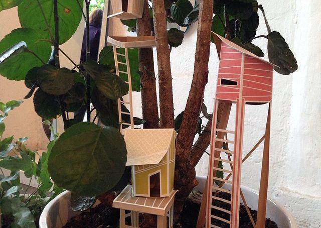 Minicasette in cartoncino per minialberi: con Cottage Town di Ontwerpduo trasformi le piante in vaso in un villaggio lillipuziano #fuorisalonecf #venturalambrate #giusisili #silviamagnano