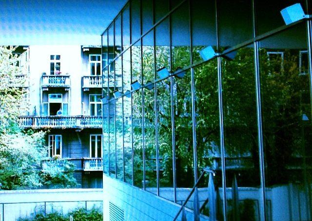 la vecchia #milano si riflette nei nuovi edifici di piazza