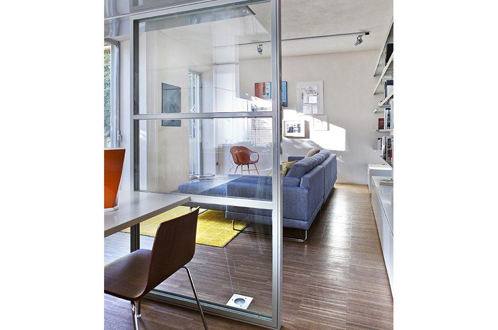 Dividere gli spazi con pareti in vetro casafacile - Divano di fronte alla porta d ingresso ...