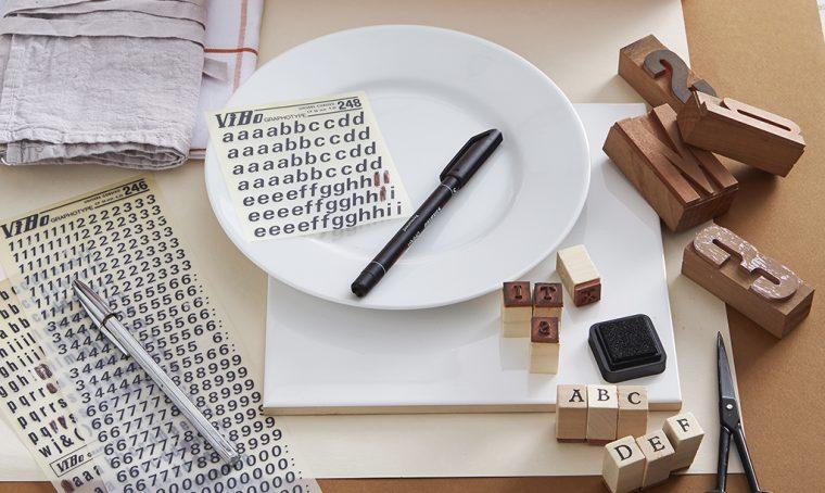 Decora i piatti di ceramica con il lettering