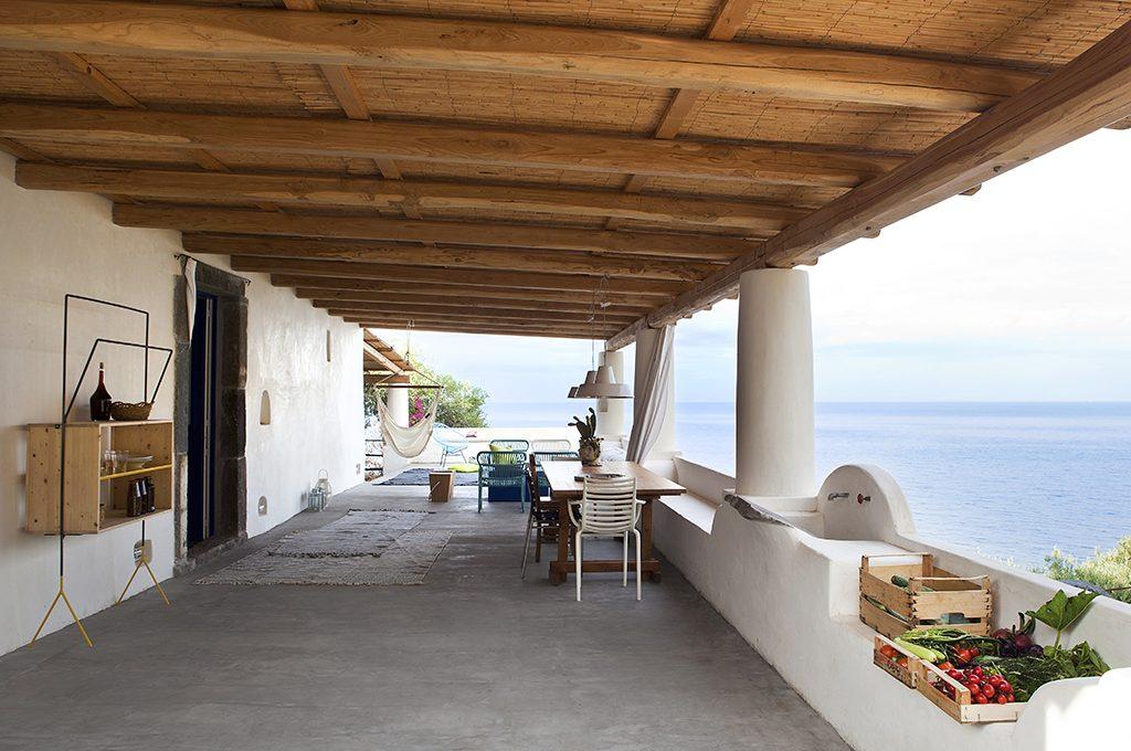 Alle eolie la casa dal grande portico casafacile for Cabina con avvolgente portico