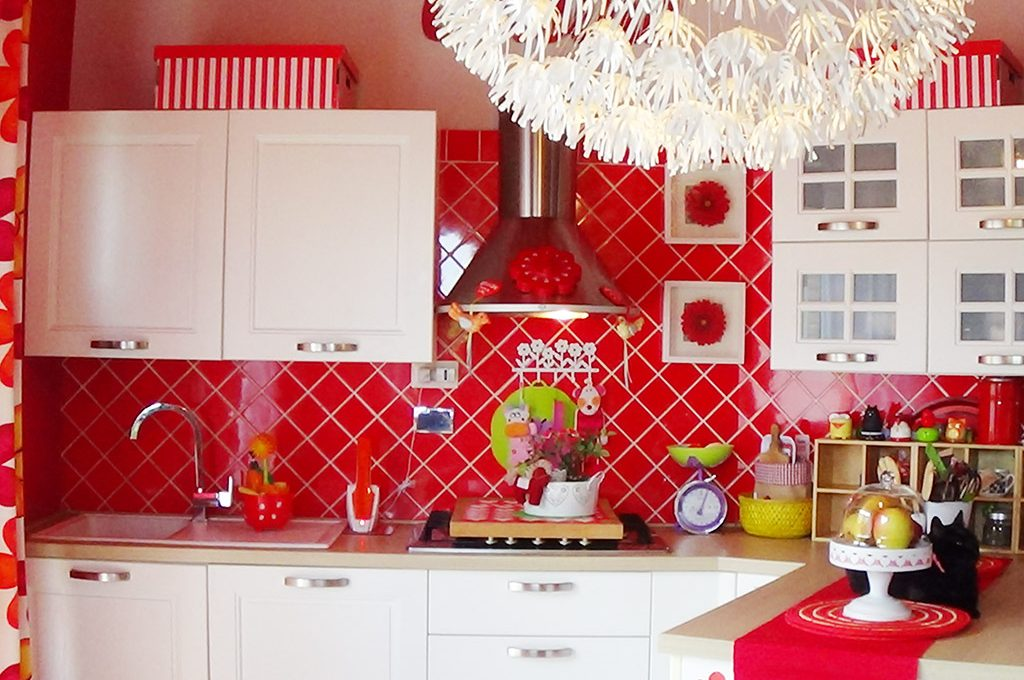 Cucina bianca e rossa bagno verde e il coraggio di arredare con i colori casafacile - Piastrelle cucina rosse ...