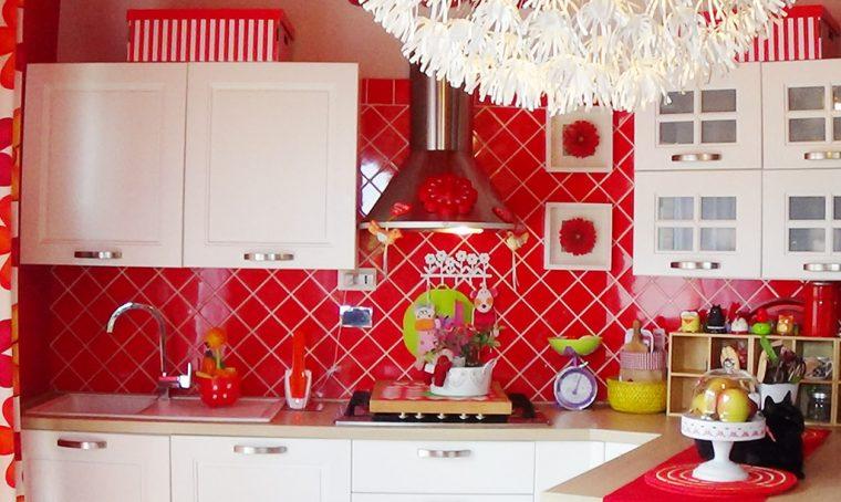 Cucina bianca e rossa, bagno verde e… Il coraggio di arredare con i colori!