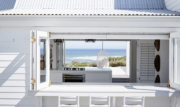 Total white per una casa con vista da sogno