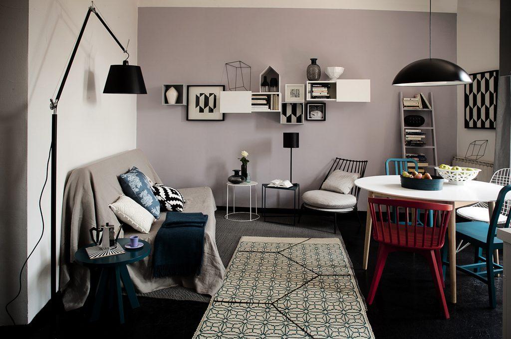 Lampada da divano lampada da tavolo accanto al comodo divano nel soggiorno in stile - Divano klaus prezzo ...