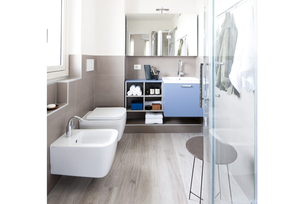 Prima dopo come sfruttare lo spazio in bagno con angolo - Progetto bagno 2 mq ...