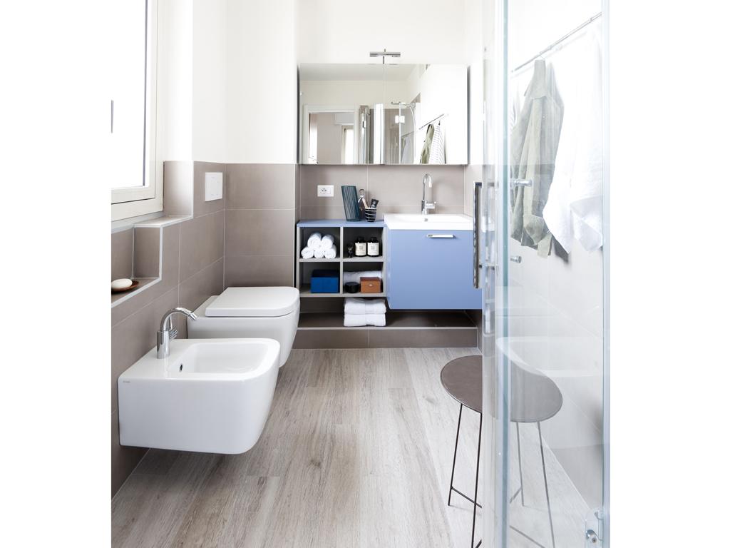 Prima dopo come sfruttare lo spazio in bagno con angolo lavanderia casafacile - Mobile bagno angolo ...