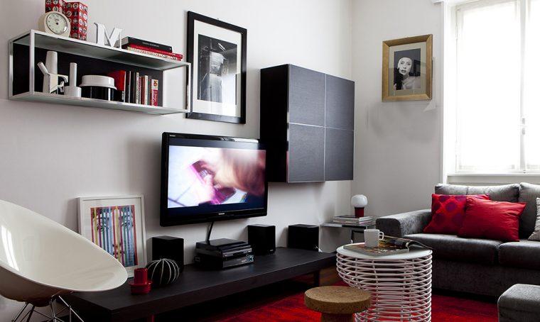 Un appartamento al maschile con tocchi di rosso