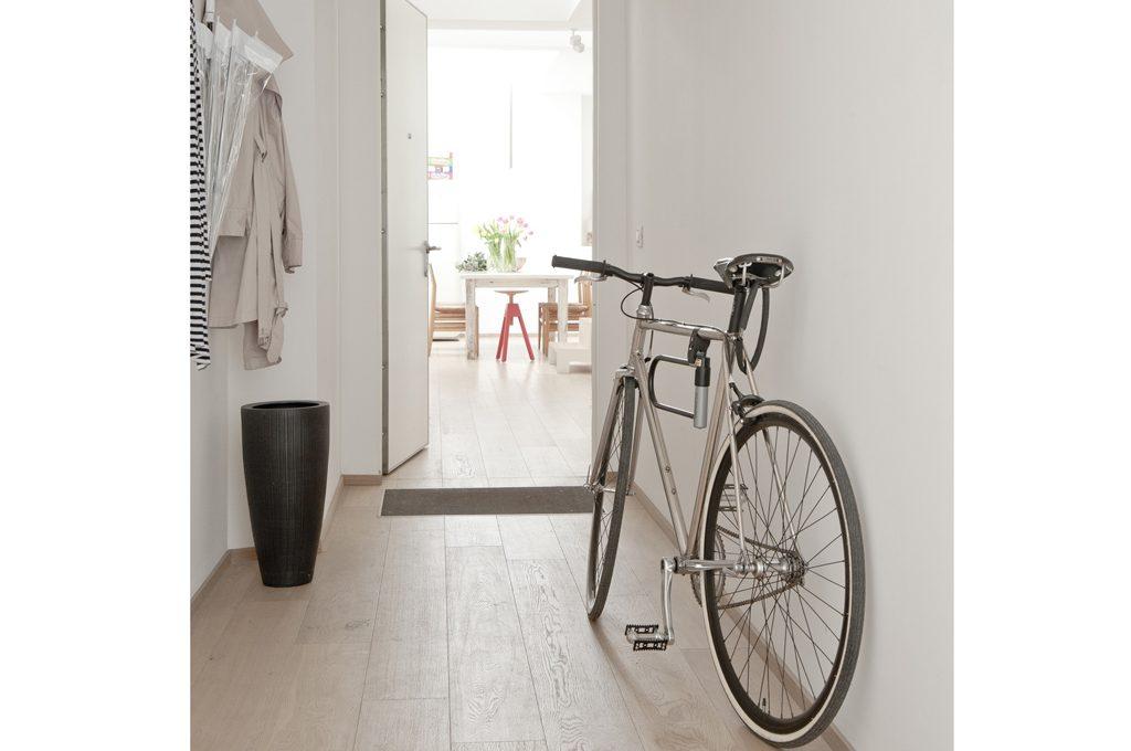 3 soluzioni di design per appendere la bici in casa for Arredamento particolare per la casa