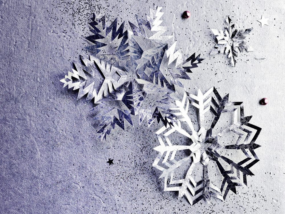 Fiocchi Di Neve Di Carta Da Ritagliare Tutorial : Ghirlanda natalizia di fiocchi di carta casafacile
