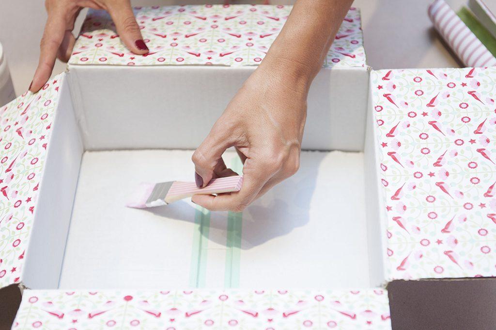 Trasforma una scatola di cartone in una confezione regalo for Rivestire una scatola