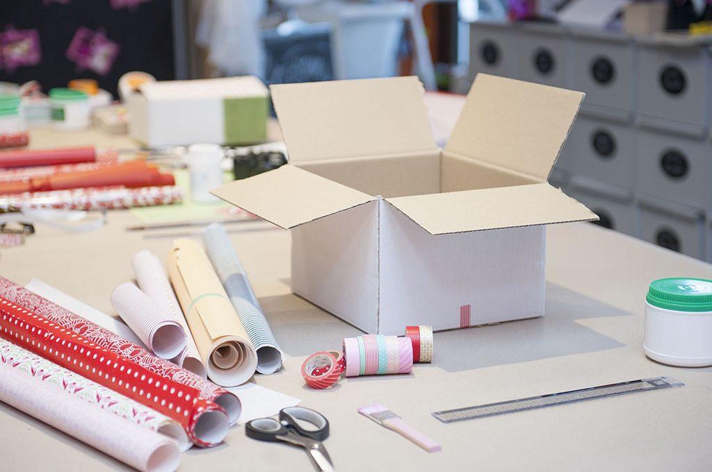 Trasforma una scatola di cartone in una confezione regalo for Foderare una scatola