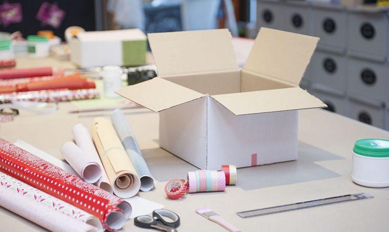 Trasforma una scatola di cartone in una confezione regalo personalizzata
