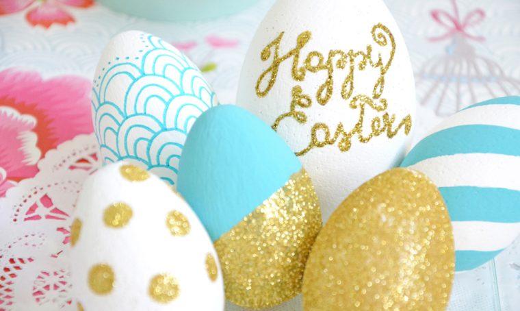 Uova di Pasqua colorate e decorate