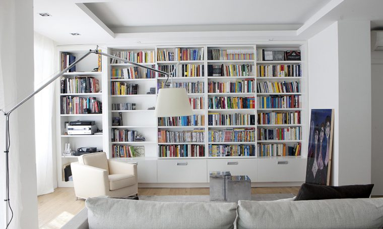 A casa di Neri Marcorè: tanto bianco e soluzioni apri-chiudi