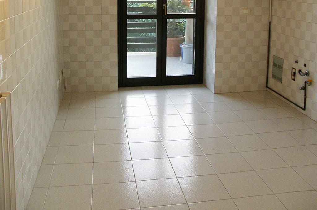Coprire il pavimento vecchio con le nuove piastrelle sottili