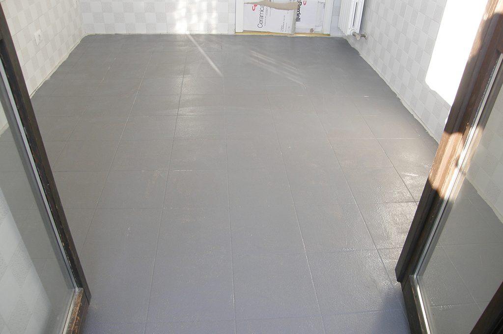 Coprire il pavimento vecchio con le nuove piastrelle sottili casafacile - Le piastrelle del pavimento di un locale ...