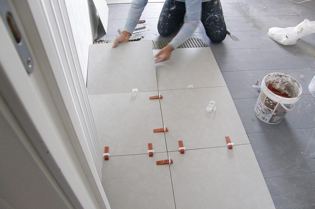 Coprire il pavimento vecchio con le nuove piastrelle sottili casafacile - Autolivellante su piastrelle ...