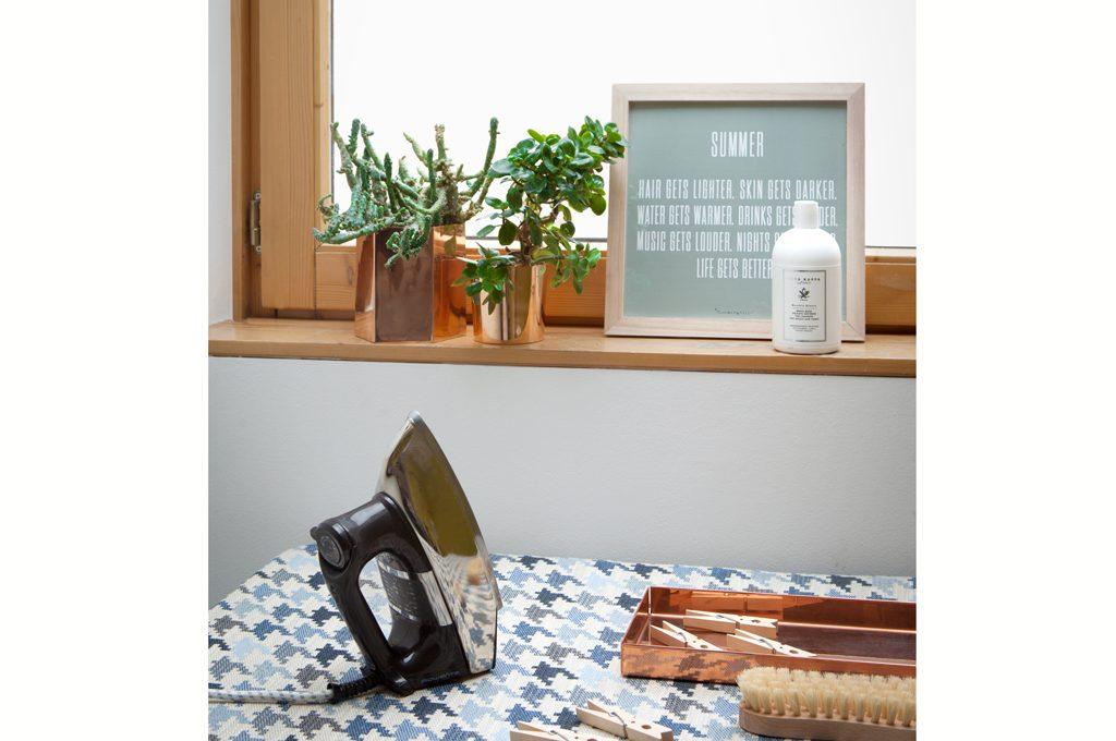 Asse da stiro e scrivania un tavolo doppio uso casafacile - Asse da stiro da parete ...