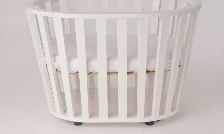 La cameretta per il bebè è moderna, in stile minimal