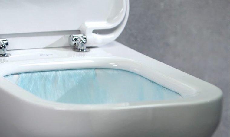 Pulizie facili con AquaBlade®, il sistema 'senza brida' che igienizza il tuo wc