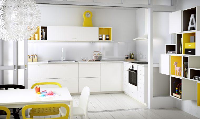 Una cucina semplice in bianco e giallo