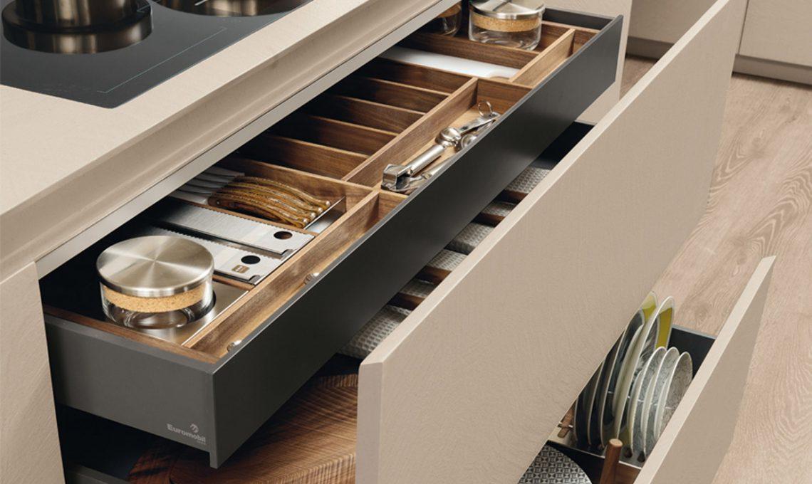 Come organizzare la cucina in 5 mosse casafacile - Portaposate per cassetti ...
