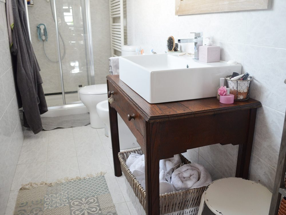 Come ricavare un mobile per il bagno da un vecchio tavolino