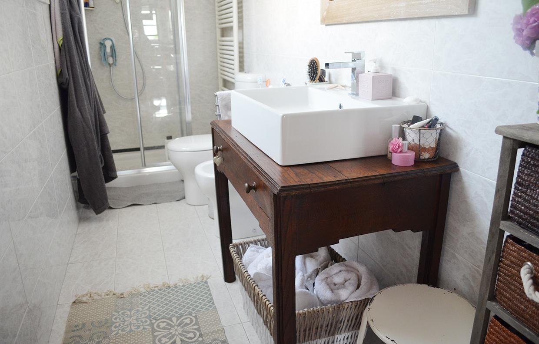 Come ricavare un mobile per il bagno da un vecchio tavolino casafacile - Mobile sottolavabo bagno fai da te ...