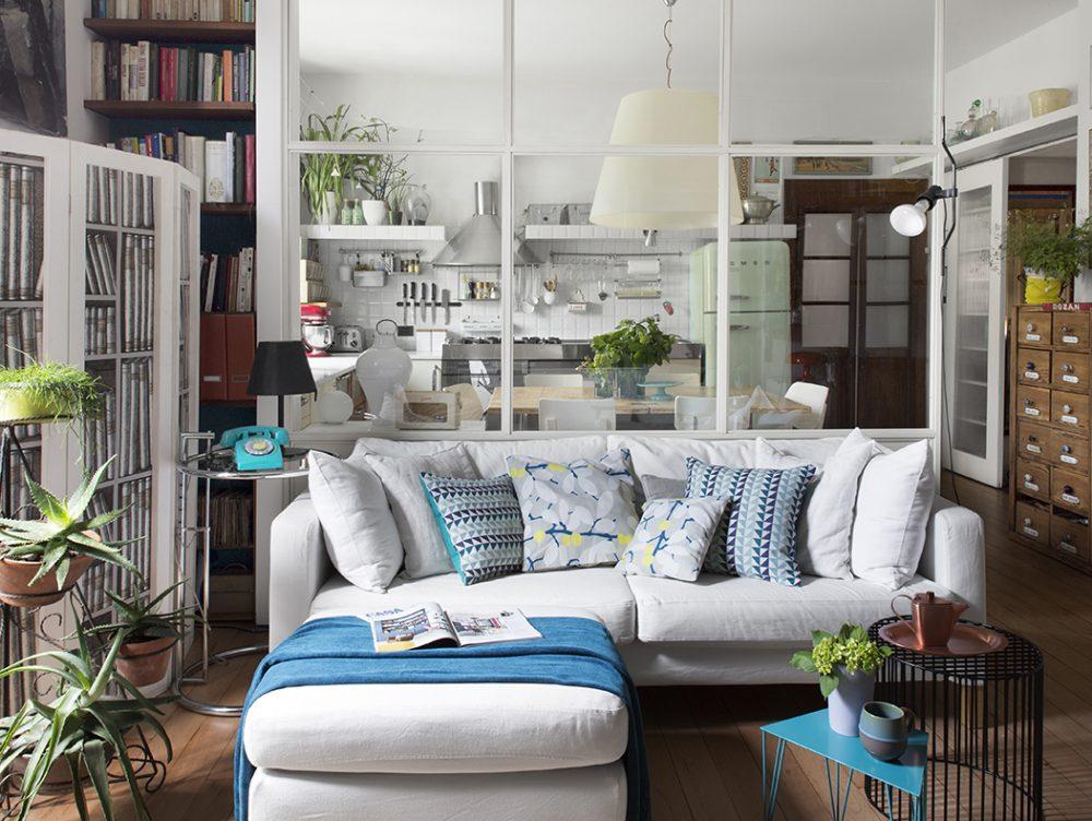 Parete vetrata tra soggiorno e cucina: trasformazione di un open space