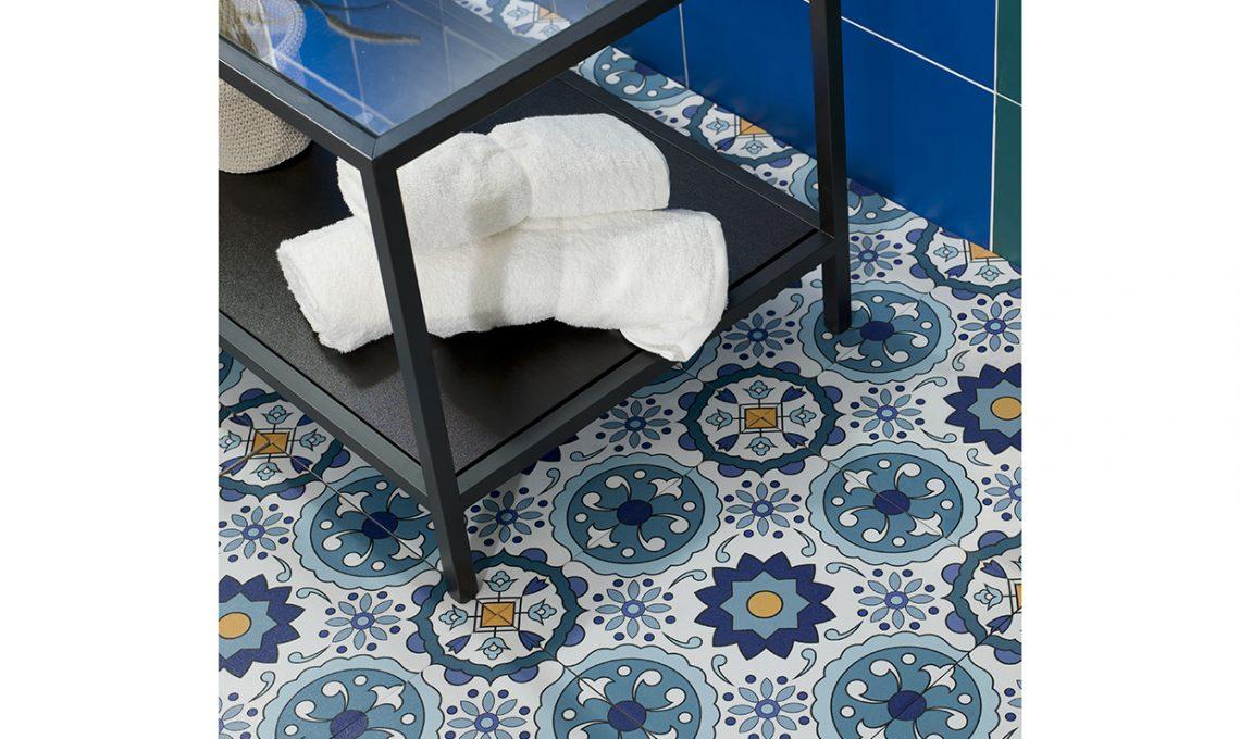 Piastrelle adesive come ricoprire pavimento e pareti - Ricoprire piastrelle bagno ...
