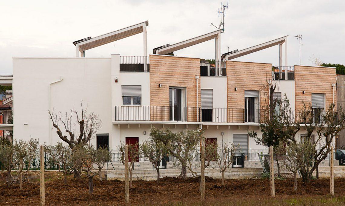 Case moderne e sostenibili fatte di paglia casafacile for Piante di case moderne