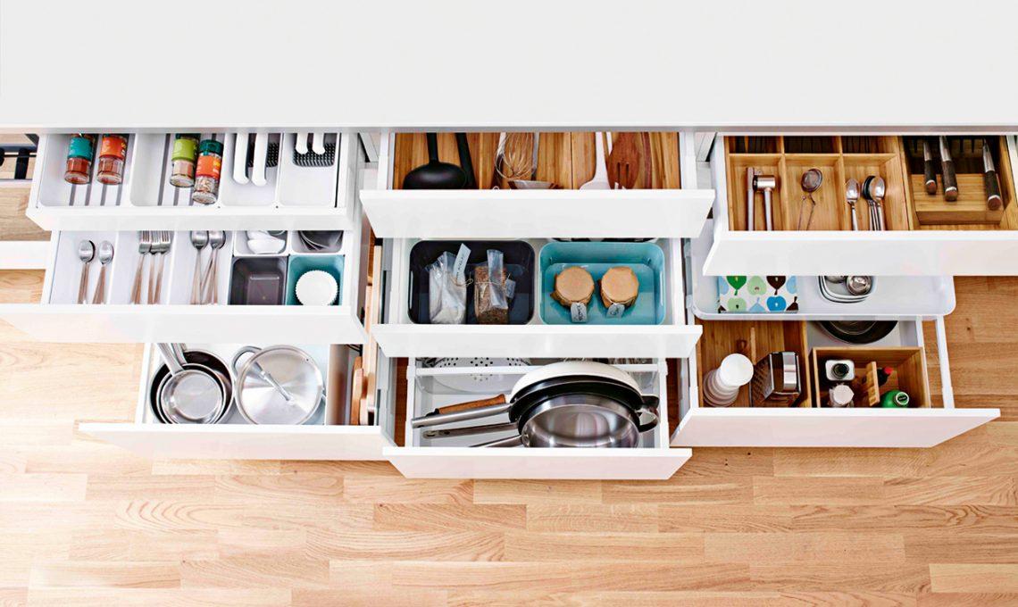 100 trucchi per organizzare la cucina casafacile - Divisori per cassetti cucina ...