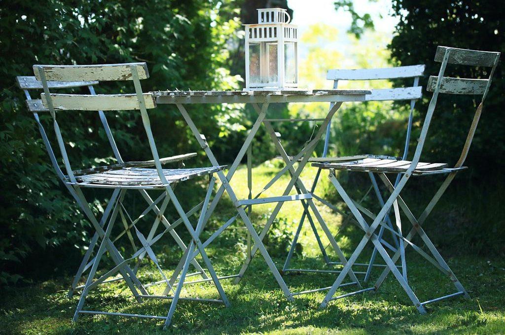 Come Pulire Le Sedie Di Plastica Da Giardino.Mobili Da Giardino Come Fare La Manutenzione Autunnale Casafacile