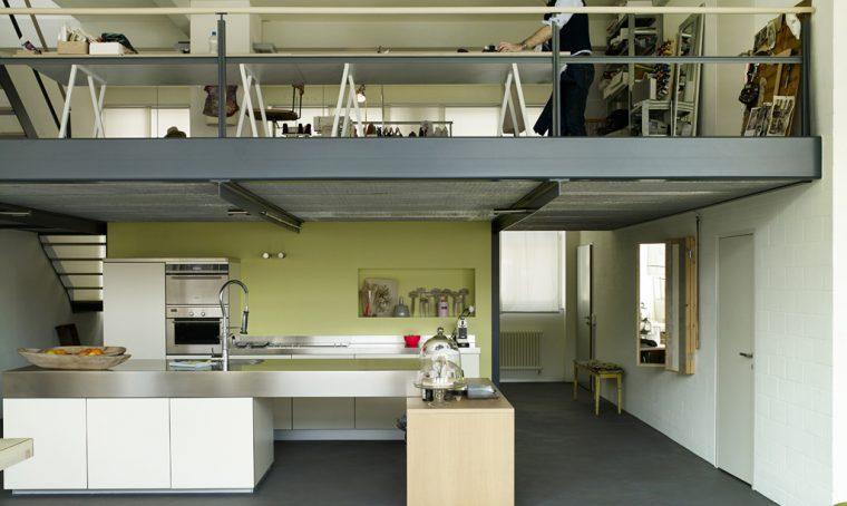Nel loft con soppalco: casa & lavoro su misura