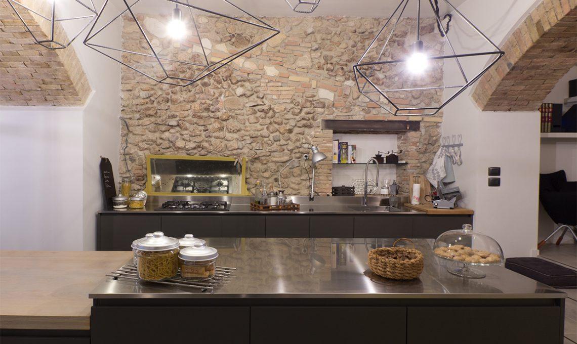 Un ristorante diventa appartamento con muri di pietra for Case vecchio stile costruite nuove