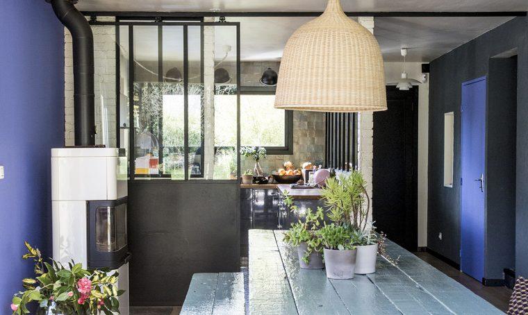 Pareti vetrate, cementine e colore: come dare carattere a un appartamento anonimo