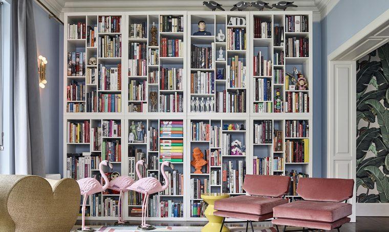 Pareti colorate e carta da parati in un appartamento tra design e stile vintage