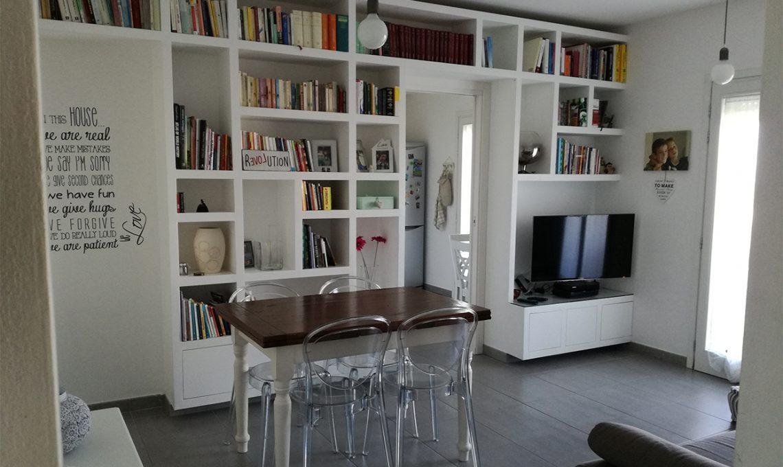 La libreria a ponte nel living - CASAfacile