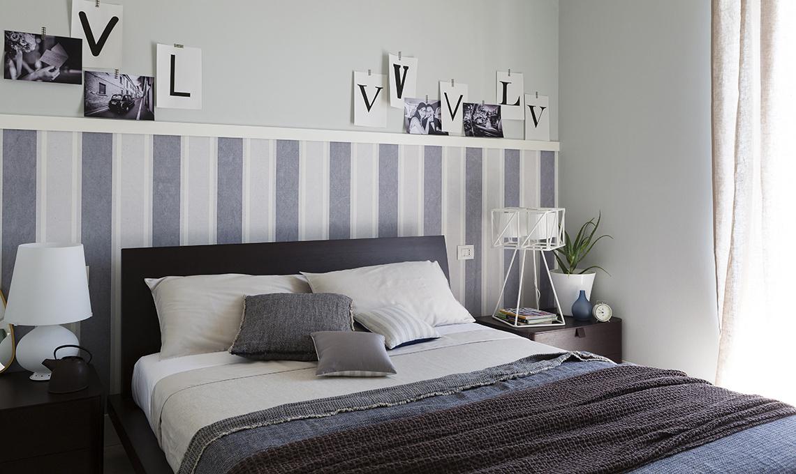 camera da letto con carta da parati effetto boiserie