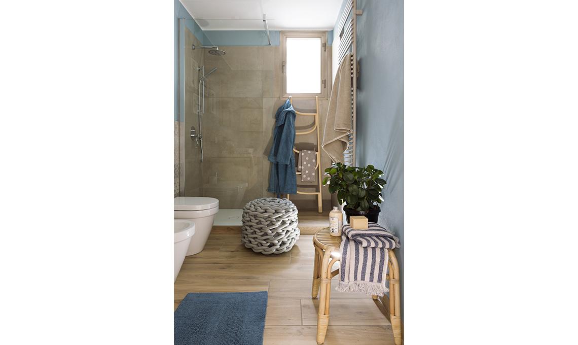 Piastrelle effetto legno e accessori in rattan per il bagno