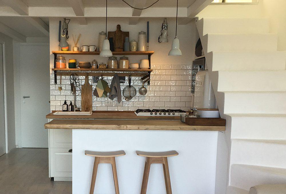 Spunti per arredare una casa al mare (con cucina a vista)