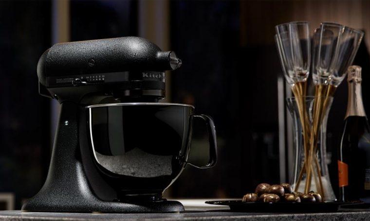 Il robot da cucina si veste di nero