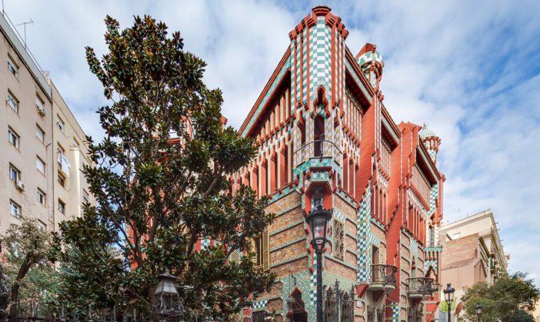 L'esterno di Casa Vincens di Antoni Gaudí a Barcellona