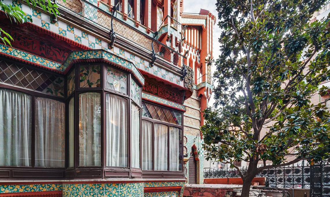 Vista lato cortile di Casa Vincens di Antoni Gaudí a Barcellona