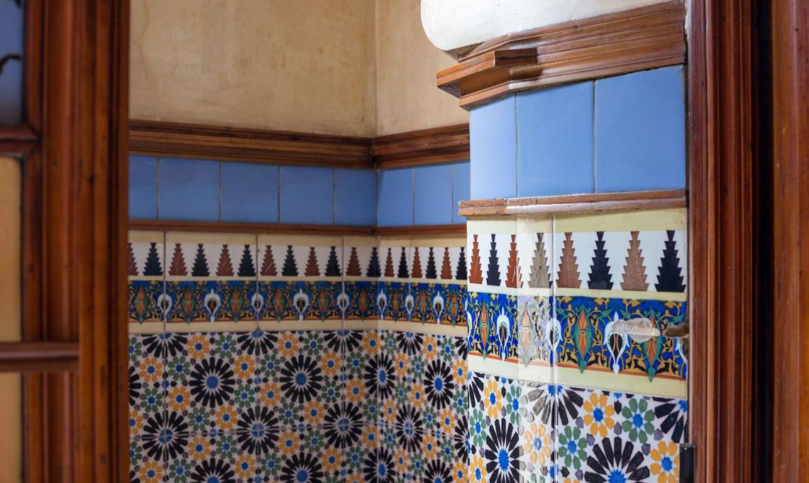 Un dettaglio della decorazione interna di Casa Vincens di Antoni Gaudí a Barcellona